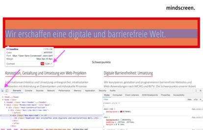 Screenshot einer Website mit offenen Developer Tools. Ein weißer Text auf rotem Hintergrund ist markiert. Das Kontextmenü zeigt den Kontrast (AA 5.34).