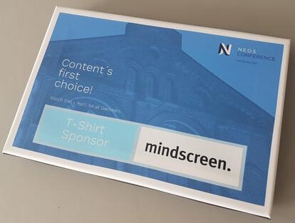 Badge aus bedruckter Leinwand für das T-Shirt-Sponsoring von mindscreen für die Neos Konferenz 2017.